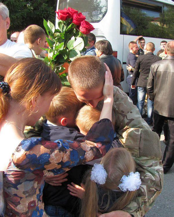 Ukrainian air-borne troops from Luhansk airport came back home