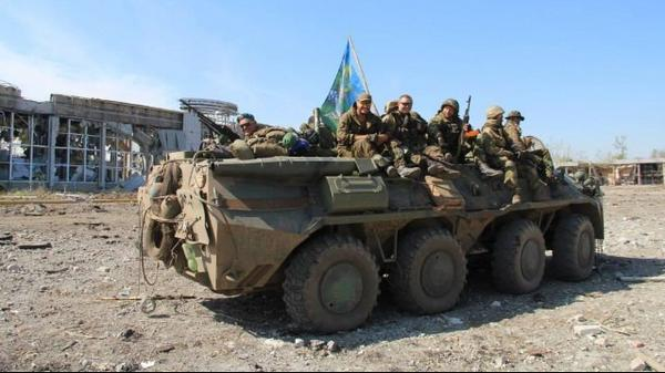 Russian paratroopers at Luhansk airport