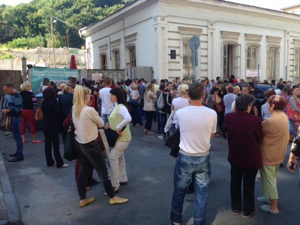300 Eastern Ukrainian IDPs waiting for handouts in Kyiv today. Lots of mums worried abt future of kids.