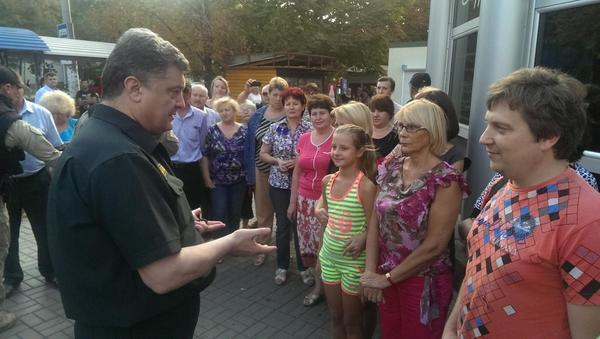 Poroshenko talking with people at bus stop