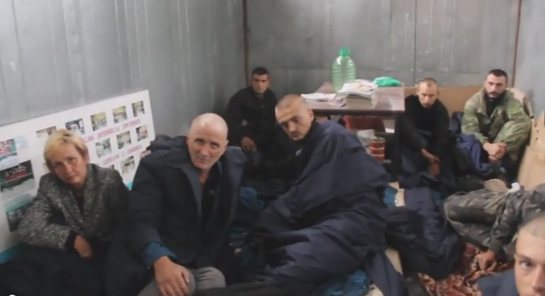 Graham Phillips visits Ukrainian hostages in a cage