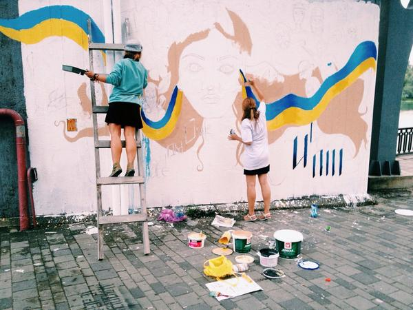Patriotic art mood in Dnipropetrovsk. New trend in Ukraine - painting everything you see yellow and blue
