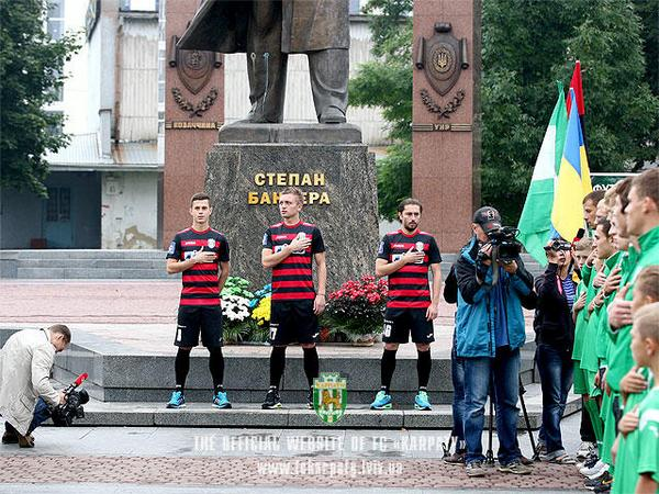 Russia Today: The Ukrainian players of FC Karpaty was photographed at the monument to Bandera and on the background of the SS-21