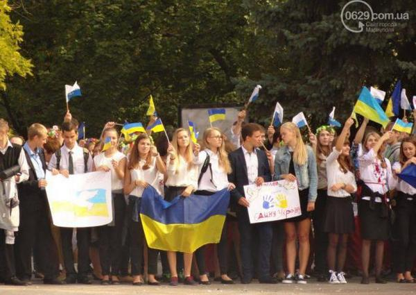 Children of Mariupol blocked the traffic in the city centre for the unity of Ukraine and the peace