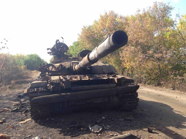 On way out of Dmitrievka, Luhansk reg. Judging from gap in trees, missile seems to hv hit tank fm Luhansk direction