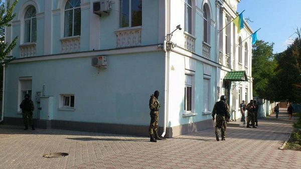 Crimean Tatar Mejilis, last place where Ukrainian flag is flying in Crimea, blocked by Russian militia