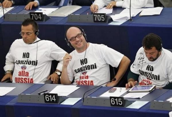 Italian politicians put on the session of the European Parliament white t-shirts with the inscription No sanctions against Russia.