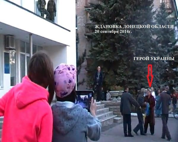 Brave woman trying to save Ukrainian flag in Zhdanivka