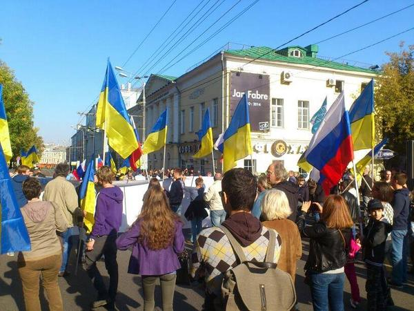 Lots of Ukrainian flags at rally in Moscow