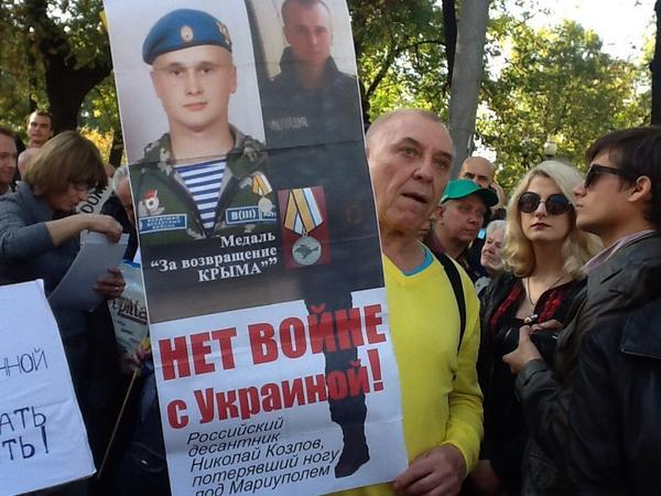 March against war in Moscow. Soldier that lost leg in Ukraine
