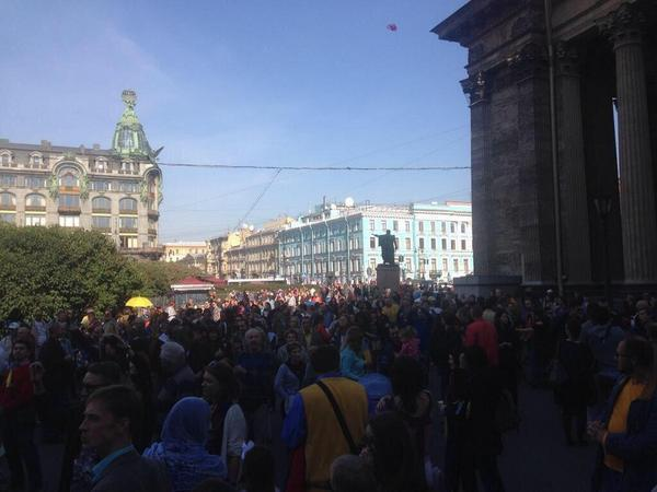 Crowd in St. Petersburg shouting Glory to Ukraine!