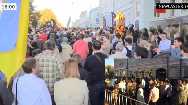 Now in the heart of Moscow, near the Kremlin, people singing ukrainian song about Putin