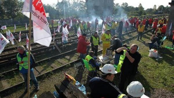Polish miners block Russian coal train