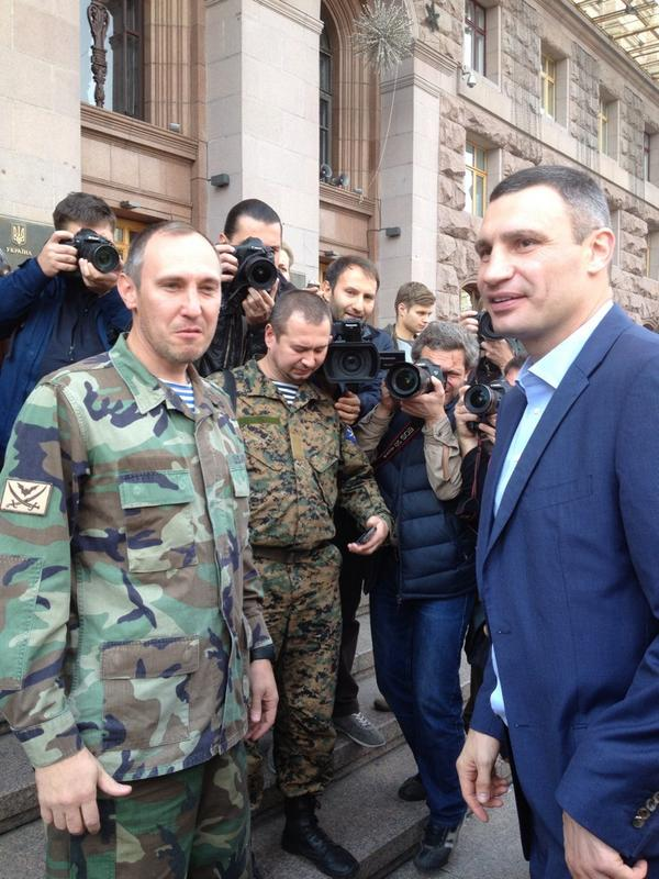 Ukrainian soldiers fighting in E.Ukraine receive 10 ambulances from Kyiv mayor @Vitaliy_Klychko