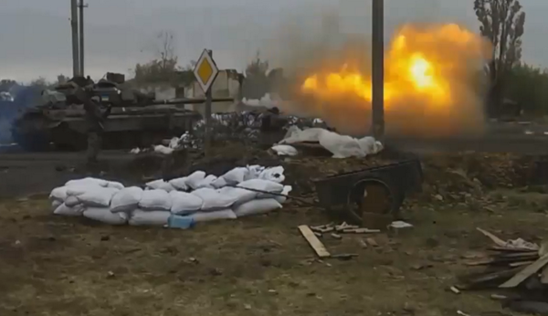 Ukrainian T-64 tanks, fight off Russian attacks in Nikishyne. Invaders attack the village since 5 days.