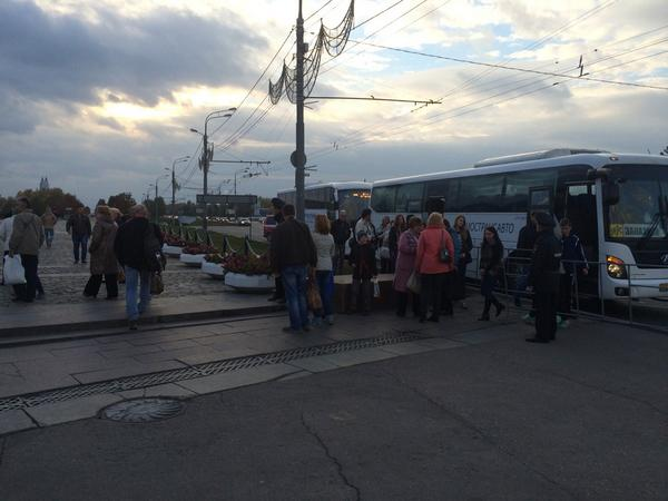 Buses bring participants of Donetsk memory victims rally to the Victory Park
