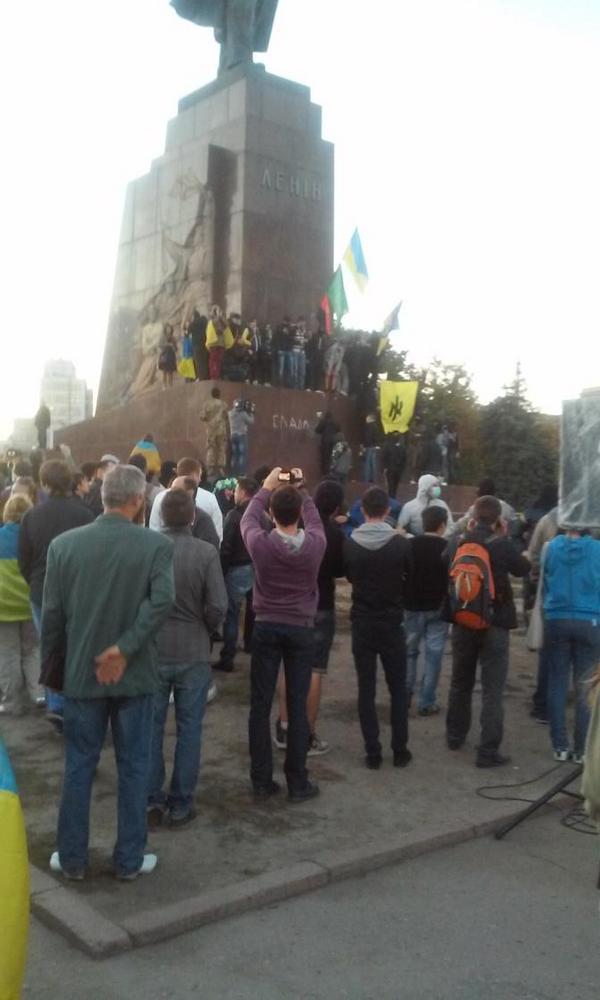 Crowd plan to topple Lenin in Kharkiv