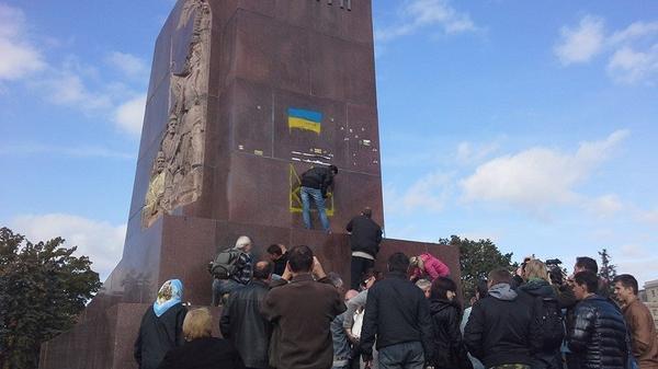 Communists washing pedestal of ex-Lenin monument in Kharkiv