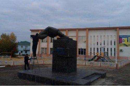 Lenin was toppled in Svatove, Luhansk region