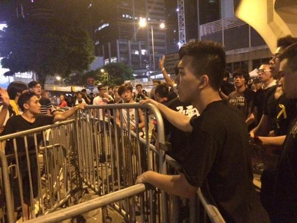 Titushki came to dismantle barricades of activists in Hong Kong