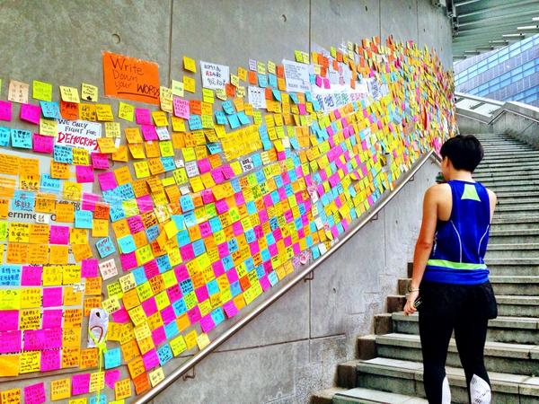 More messages of support stuck on post-it notes & cover walls at entrance to govt-building