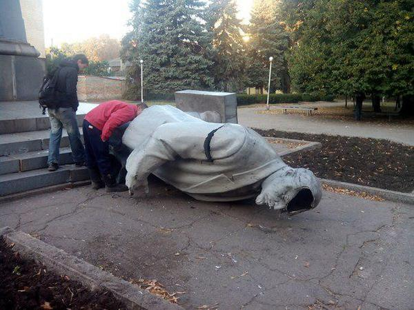 Statue of Lenin was toppled in Kryvyi Rih last night