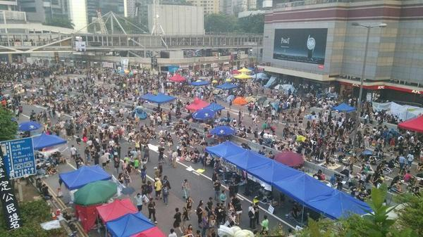 Admiralty centre at 5.40pm much busier than lunchtime LIVE @youngposthk UmbrellaRevolution