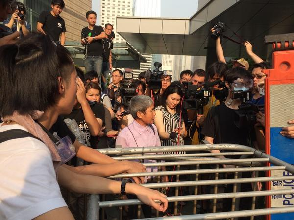 @OCLPHK protestors cruel wish to old lady. Refuses permission to go work at govt. office OccupyCentral