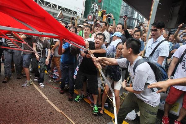Anti-OccupyCentral crowds decide to use disruption agst the disruption they condemn