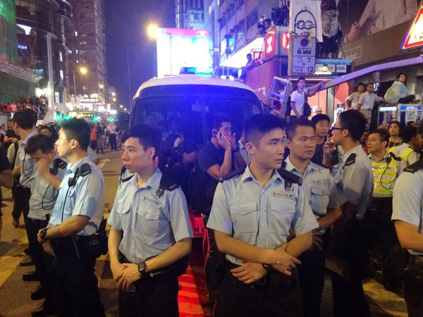 First bus load of detained anti-protesters loaded up to much applause and cheers of students in mongkok