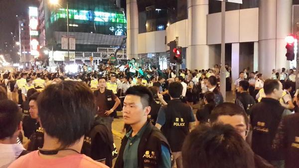 Tense in Hongkong Mongkok now as police turned up n pushed crowd in. Unfurled 'stop charging or we use force' flag