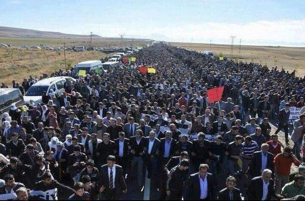 Suruç, Kurdish town in Turkey on Syrian border, 1000s marched n solidarity with Kobane today
