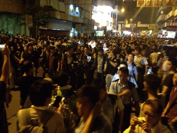 Mong Kok remains tense at 3:20 am, after a police officer was injured and sent away on an ambulance.