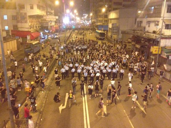 Частина протестуючих йде з Монгкоку - за ними йде поліція.