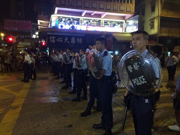 Поліцейські з щитами і кийками оточили протестувальників у Монгкоці.
