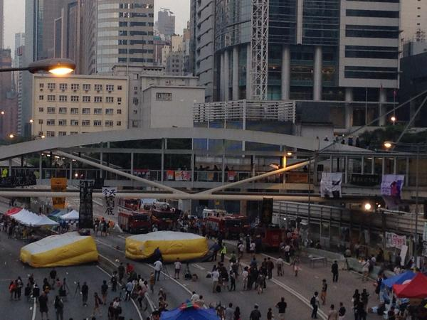 Man against OccupyCentral threatening to jump from a bridge in Admiralty has been talked down