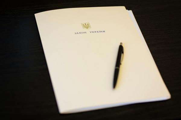 Poroshenko signed the Lustration Law