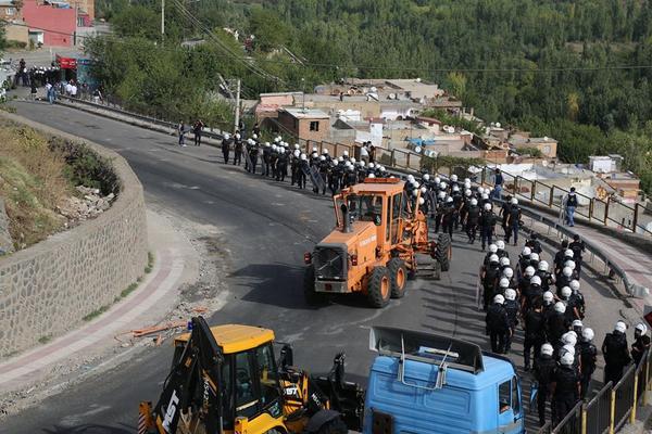 Turkish police attacking Kurdish civilians