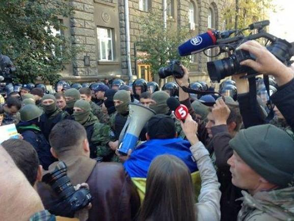 Fight between Automaidan and police near President administration