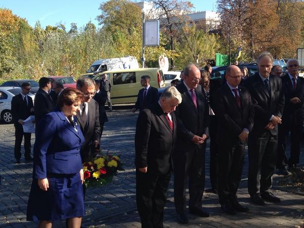Speaker of Swedish Parliament @UrbanAhlin, with peers from POL, IRL, LIT and DK, honouring people who died on Maidan.