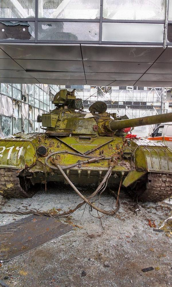 The cyborgs have captured a Russian terrorist T-64 tanks at the airport in Donetsk