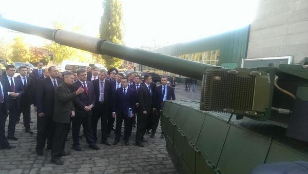 .@poroshenko Inspected the Oplot tank on the Malyshev plant in Kharkiv