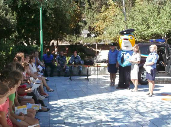 In the Occupied Crimea the policeman with the head of a Dolphin came to the children to talk about drugs and alcohol