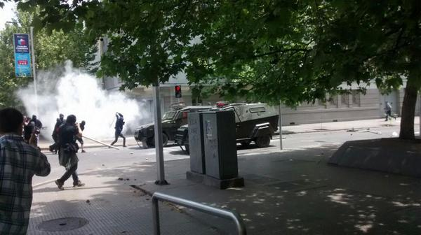 Chile: Day of resistance in Santiago after police intervention of demonstration.