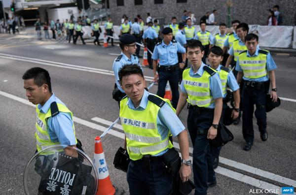 Police move in as barricades are removed on edge of Hong Kong democracy protests; occupation areas squeezed