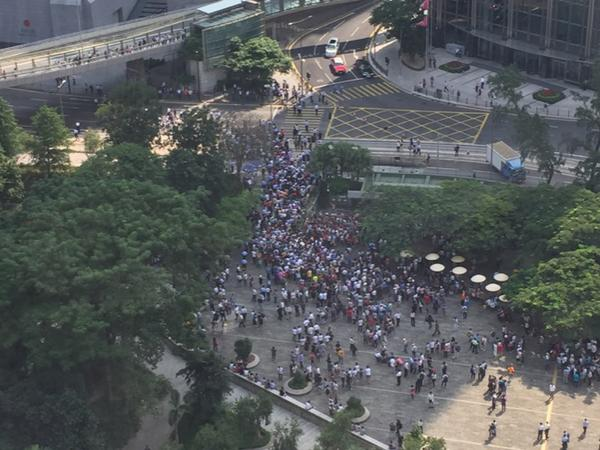 Police have just let anti OccupyHK protesters onto Queensway