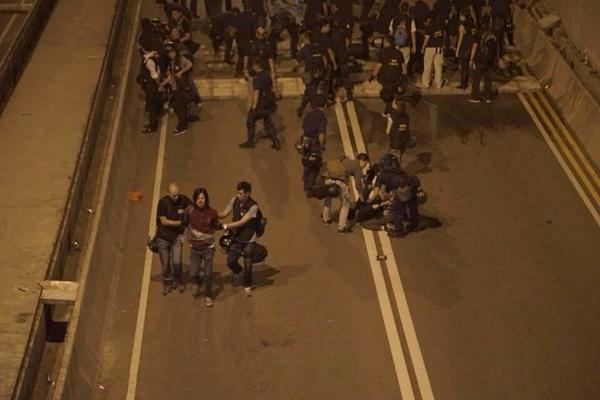 Police arrests some protesters at Lung Wo Road