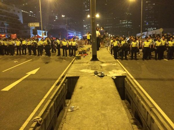 Сhaos at Lung Wo Road. Police seizing the area