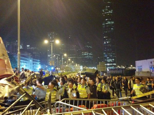 Admiralty LungWoRd (west) Police begins clearing barricades. No clashes reported.