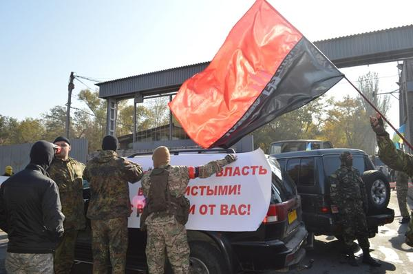 Zaporizhye activists blocked the entrance to the plant Zaporizhstal,which is owned by Akhmetov
